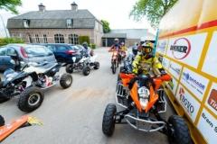 Foto: Bram Saeys; Kenny en Joyce van Eerd hebben gala op het Sondervick en worden begeleid door quads en corssmotoren.